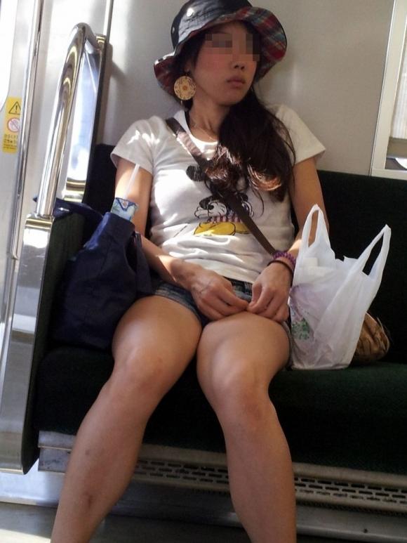 電車内でエロい太ももを曝け出してる女の子の盗撮に成功wwwwwww【画像30枚】18_20160306234354015.jpg