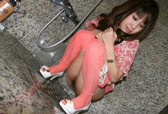 女の子が「お○っこ」しちゃってる恥ずかしいおまんこがエロすぎるwwwwwww【画像30枚】18_20160423215912220.jpg
