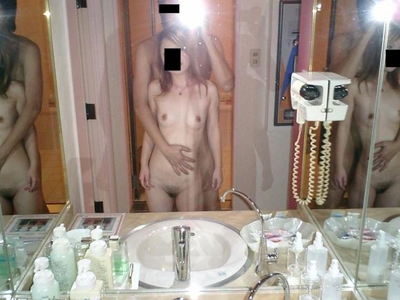 【エロ画像】女の裸とかハメ撮りのエロさが2倍に倍増するマジック!それが鏡エロ写真wwwwwww19_201511291333597d3.jpg
