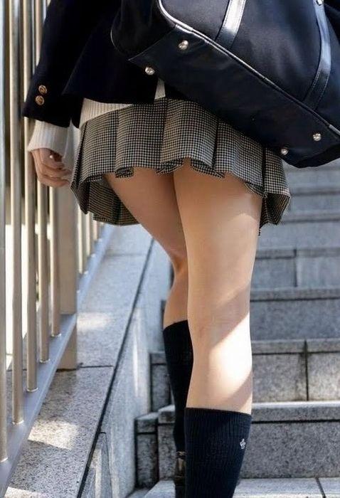 【エロ画像】揉み吸い付きたい魅力的なJK制服ふともも画像30枚19_201512111340247b6.jpg