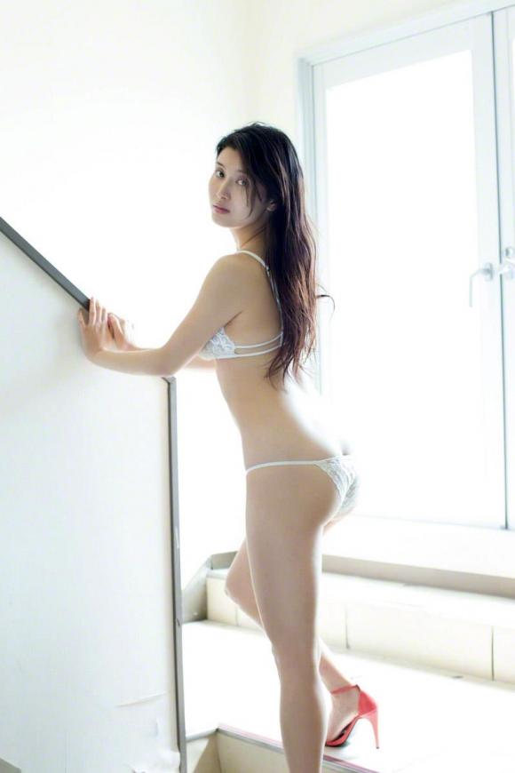 橋本マナミちゃんのフェロモンがプンプン伝わってくるセクシーグラビア画像【30枚】19_201512230319085ad.jpg