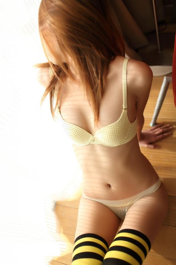 腰のくびれラインがキュっとしてる女の子がセクシーすぎるwwwww【画像30枚】19_20160118235107d37.jpg