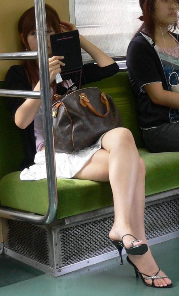 電車内でエロい太ももを曝け出してる女の子の盗撮に成功wwwwwww【画像30枚】19_20160306234355b83.jpg