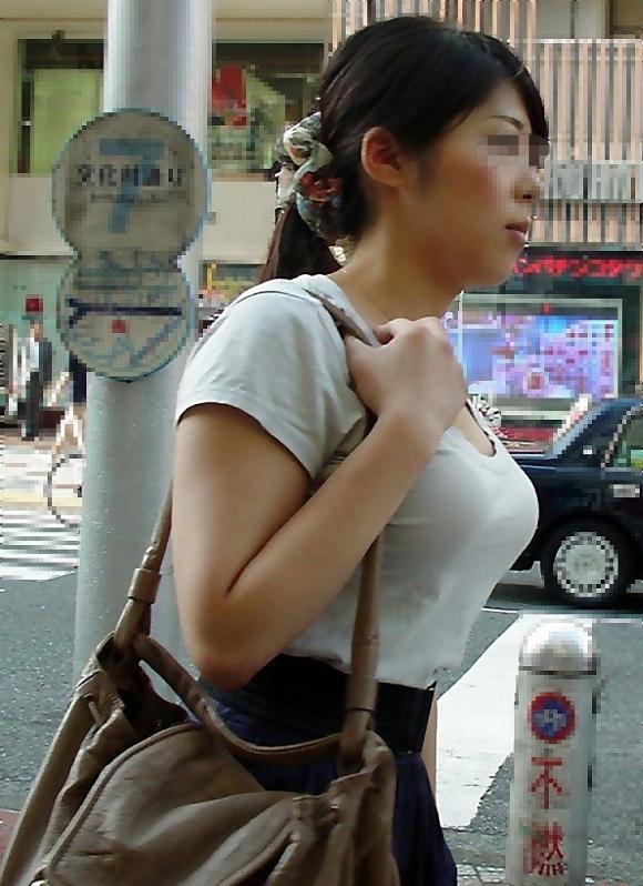 おっぱいに一目惚れしそうな破壊力バツグンな着衣巨乳を街で撮ったから貼ってくわwwwwwww【画像30枚】19_201604011600526a4.jpg