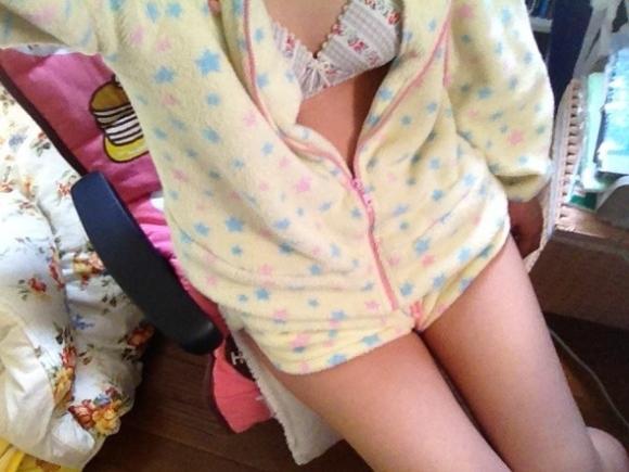 【女神様】パジャマ姿をエロく撮った自撮り写メをネットに公開しちゃう素人女子のSNSがすごいwwwwwww【画像30枚】19_201608121036053e3.jpg