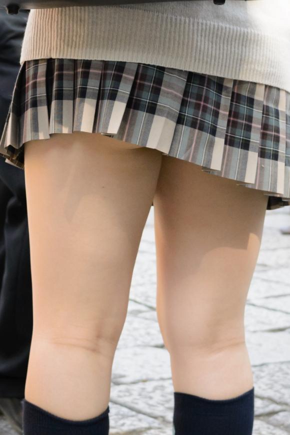 【チラリズム】JKのスカートが短すぎて尻肉チラリが街中で頻発してる件!wwwwwww【画像30枚】17[