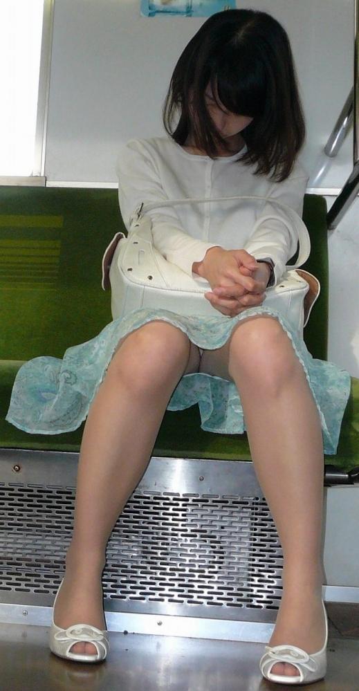 電車内でエロい太ももを曝け出してる女の子の盗撮に成功wwwwwww【画像30枚】20_2016030623435895a.jpg