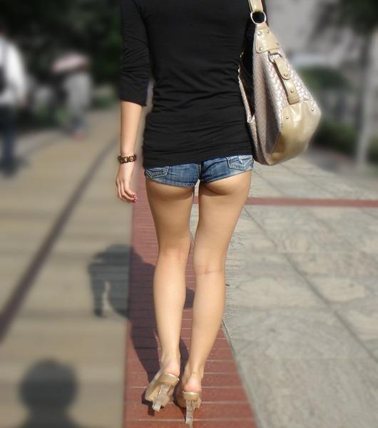 【ホットパンツ】尻肉や太ももが一層エロく見える最高のファッションwwwww【画像30枚】20_201607041852493f5.jpg