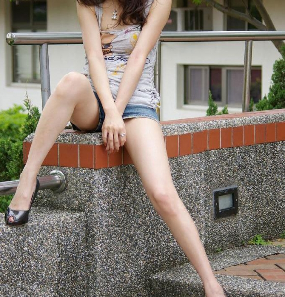 脚フェチが思わず飛び込んじゃいそうな綺麗な脚の女の子wwwww【画像30枚】
