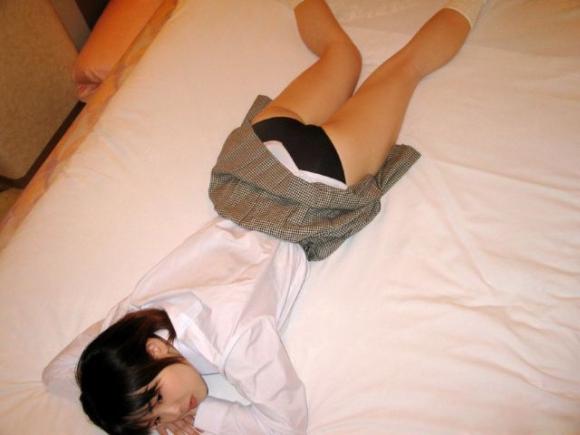 ベッドにうつ伏せになって寝転んでるJKの画像をくださいwwwww【画像30枚】21_20160219232839636.jpg