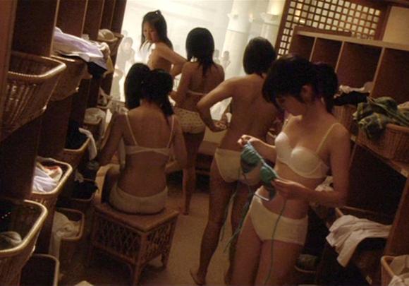 女の子の脱衣所でのエロい様子を盗撮した画像を大量ゲット!wwwwwww【画像30枚】21_201608210159167b3.jpg