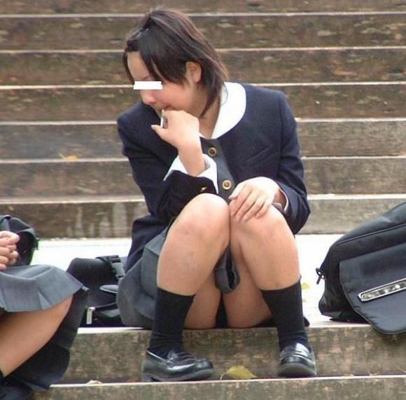 【エロ画像】いつも誰かがスナイパーのようにどこからか狙ってるwwwしゃがみ込み/座り込みパンチラにくれぐれもご注意をwwwwwww22_20151204170908a94.jpg