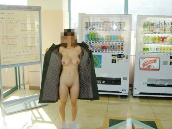 外寒いし見てるこっちが心配になってくる裸コートの露出狂女wwwwwww【画像30枚】22_20151218165659dc2.jpg