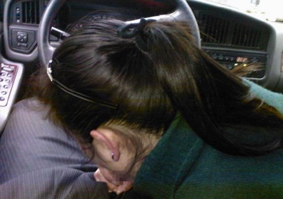 渋滞中で暇だからってwww平気で車内フェラしちゃう素人カップルの証拠写真を発見wwwwwww【画像30枚】22_20160320040230acc.jpg