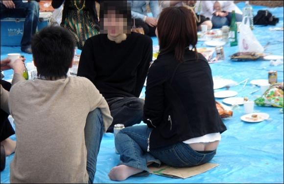 【公然猥褻】公衆の面前でおしりの割れ目が思いっきり見えちゃってる女wwwwwww【画像30枚】22_201607060218520cb.jpg