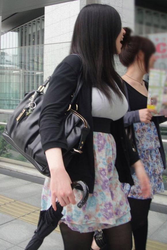 【着衣おっぱい画像】エロ目線で街を歩いたらよくブチ当たる素人の着衣おっぱい画像を並べてみるwwwwwww【画像30枚】22_20160826123725ab7.jpg