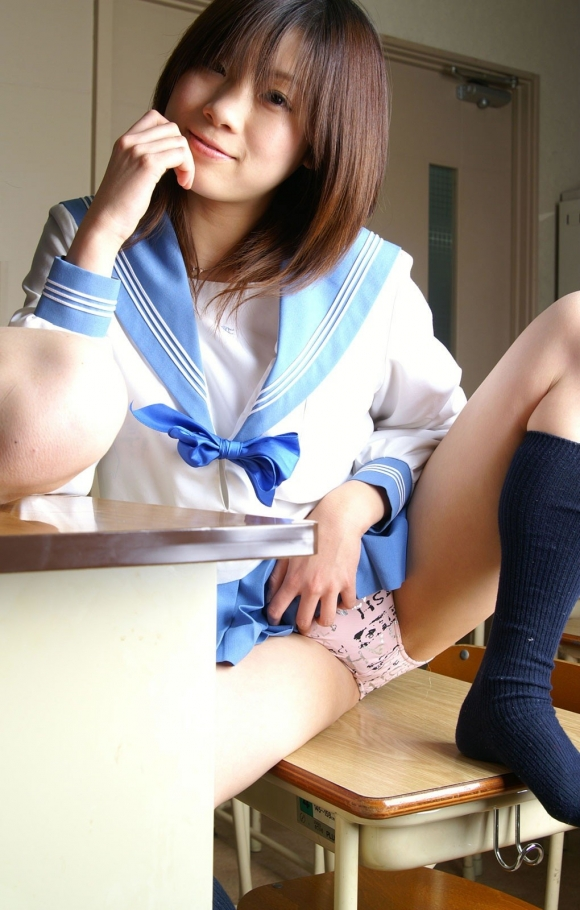 【エロ画像】自らスカートをめくりあげて見せてるJKパンツ画像23_2015112421424289a.jpg