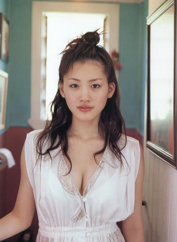 綾瀬はるかちゃんのおっぱいとムチムチ感が気になるグラビア高画質画像【30枚】23_20151222032002c38.jpg