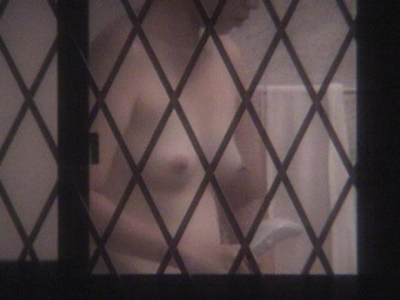 向かいのマンションのベランダを覗いてみたらエロォォォォォい盗撮写真が撮れたぞwwwwwww【画像30枚】23_20160225204115733.jpg