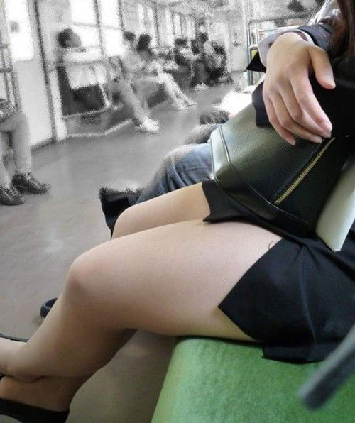 電車内でエロい太ももを曝け出してる女の子の盗撮に成功wwwwwww【画像30枚】23_20160306234425470.jpg