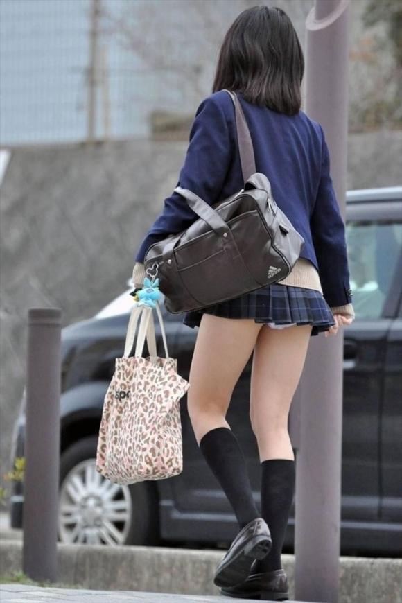 【チラリズム】JKのスカートが短すぎて尻肉チラリが街中で頻発してる件!wwwwwww【画像30枚】23_20160607015053d83.jpg