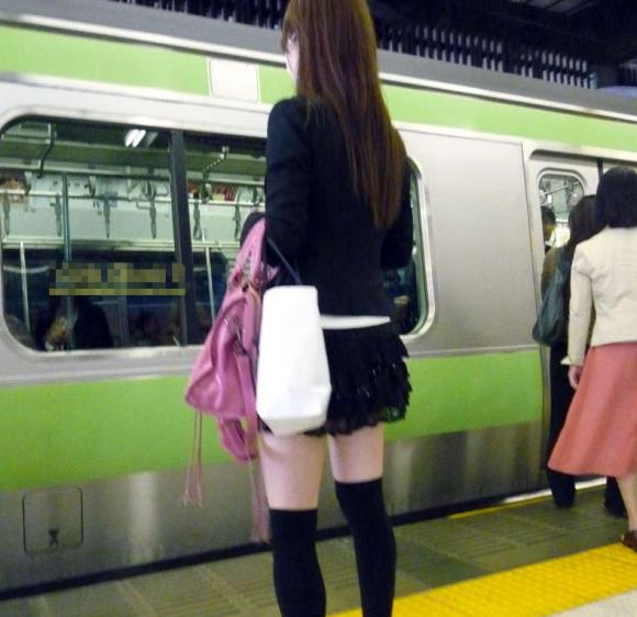 素人なのにパンチラしそうな短すぎるミニスカ履いてる女の子が多すぎるwwwwwww【画像30枚】23_20160730220529c43.png