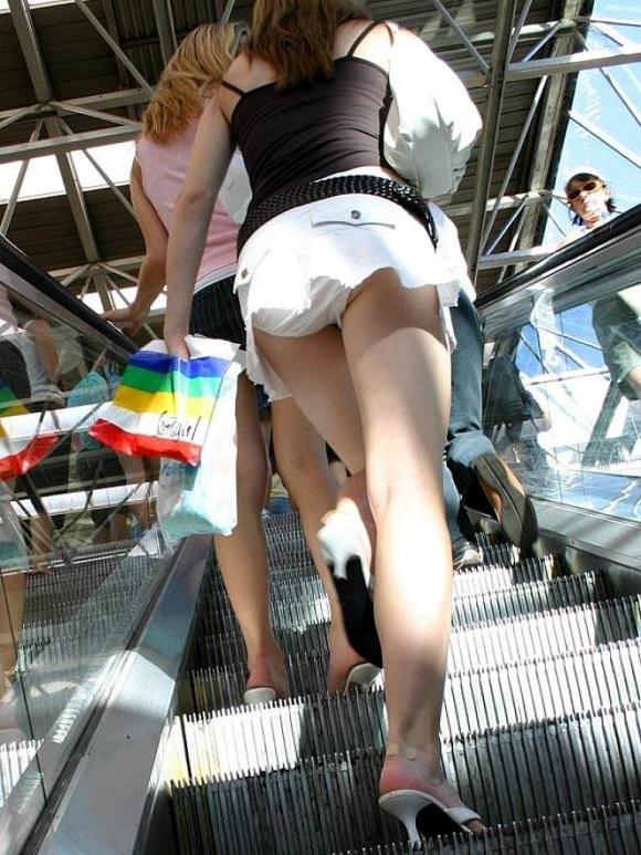 【エロ画像】これはまさにプロの犯行・・・階段やエスカレーターで広がる絶景パンチラ30選!wwwwwww24_20151123124503313.jpg