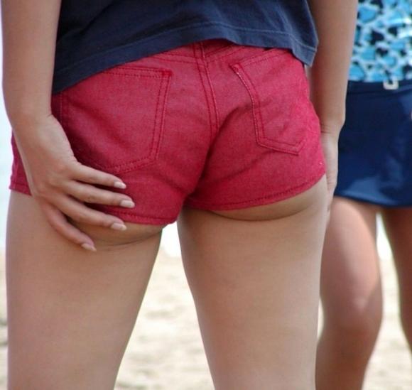 【エロ画像】寒くなり探すのが困難になってきたホットパンツ姿やショートパンツ姿の女子がエロいってことを再確認しようwwwww24_20151126221210a49.jpg