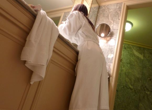 バスローブやラブホテルの寝巻を着てる女の子のエロ画像30枚24_201512080205058e5.jpg