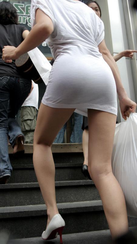 洋服の中では一番のエロさを誇るミニワンピを着てる女の子を街撮り盗撮ぅぅぅぅぅwwwww【画像30枚】24_20151220031758eb5.jpg