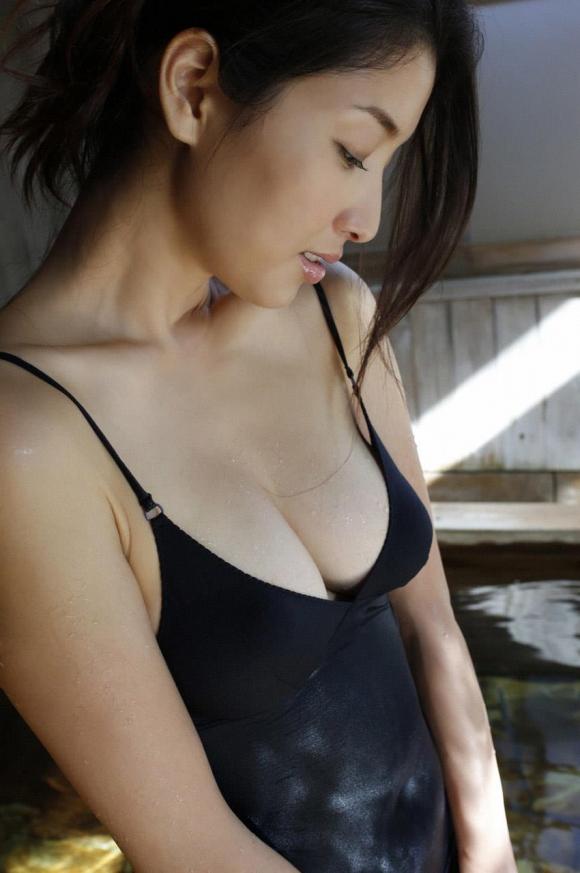 橋本マナミちゃんのフェロモンがプンプン伝わってくるセクシーグラビア画像【30枚】24_201512230319357f8.jpg
