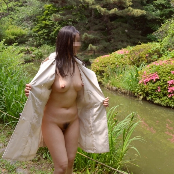 外寒いし見てるこっちが心配になってくる裸コートの露出狂女wwwwwww【画像30枚】25_20151218165704ce5.jpg