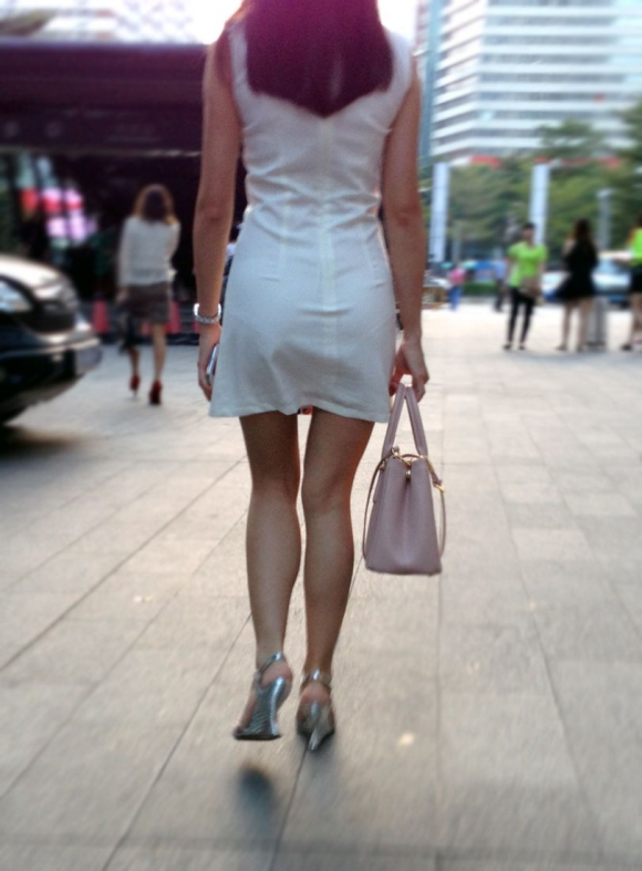 洋服の中では一番のエロさを誇るミニワンピを着てる女の子を街撮り盗撮ぅぅぅぅぅwwwww【画像30枚】25_20151220031800230.jpg