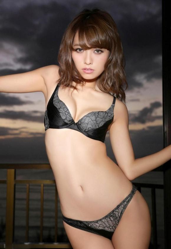 人気巨乳モデル小泉梓ちゃんの手ブラヌードがエロすぎる!【画像30枚】25_2016012902390130a.jpg