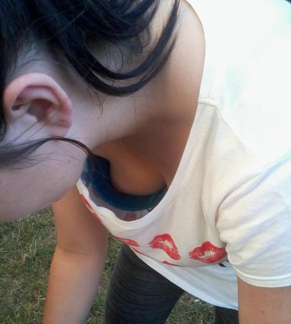 ちょっとまってwww街中なのに乳首まで見えちゃってるヤベめな胸チラ画像を貼ってくwwwwwww【画像30枚】25_2016072821301916e.jpg