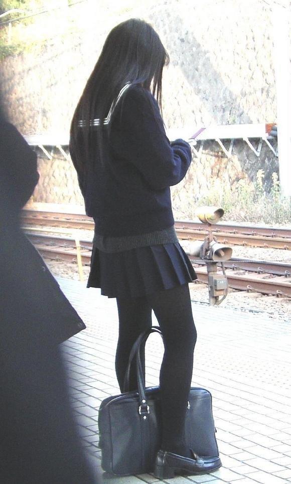 【エロ画像】寒くなり街に増えてきた黒タイツJKの画像を貼りますwwwwwww26_2015120911581143d.jpg