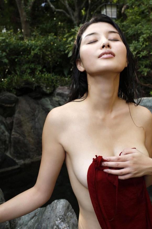 橋本マナミちゃんのフェロモンがプンプン伝わってくるセクシーグラビア画像【30枚】26_20151223031945dd3.jpg