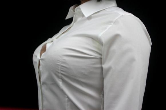 巨乳っ娘がワイシャツ着てるって反則wwwパツパツすぎwwwwwww【画像30枚】26_20151226145704603.jpg