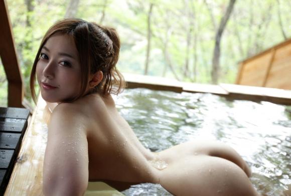 寒いし美女と二人きりで温泉に浸かってゆっくりしたい!www【画像30枚】26_20151227033100924.jpg