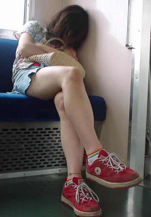 電車内でエロい太ももを曝け出してる女の子の盗撮に成功wwwwwww【画像30枚】26_20160306234441f81.jpg