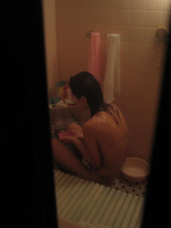 【民家盗撮】入浴中の素人を狙ったお風呂場の盗み撮りに成功したった!【画像30枚】26_20160624143912139.jpg