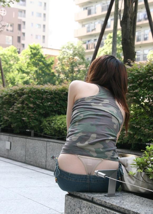 【公然猥褻】公衆の面前でおしりの割れ目が思いっきり見えちゃってる女wwwwwww【画像30枚】26_20160706021912254.jpg
