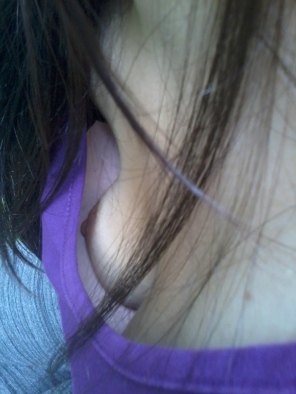 ちょっとまってwww街中なのに乳首まで見えちゃってるヤベめな胸チラ画像を貼ってくwwwwwww【画像30枚】26_201607282130303cb.jpg
