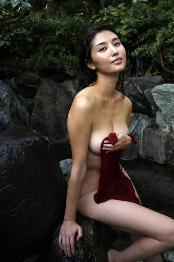 橋本マナミちゃんのフェロモンがプンプン伝わってくるセクシーグラビア画像【30枚】27_201512230319464f1.jpg