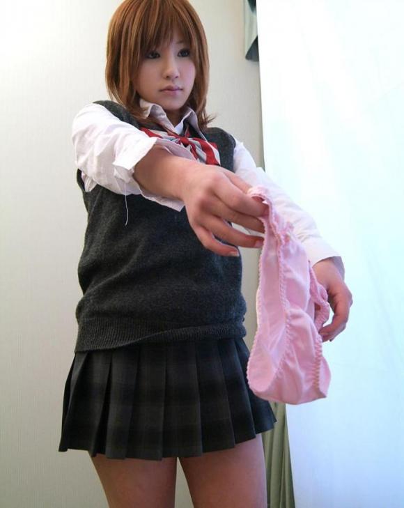 女子が脱ぎたてパンティーを見せびらかせてる画像をくださいwww【画像30枚】27_201602010830579d7.jpg