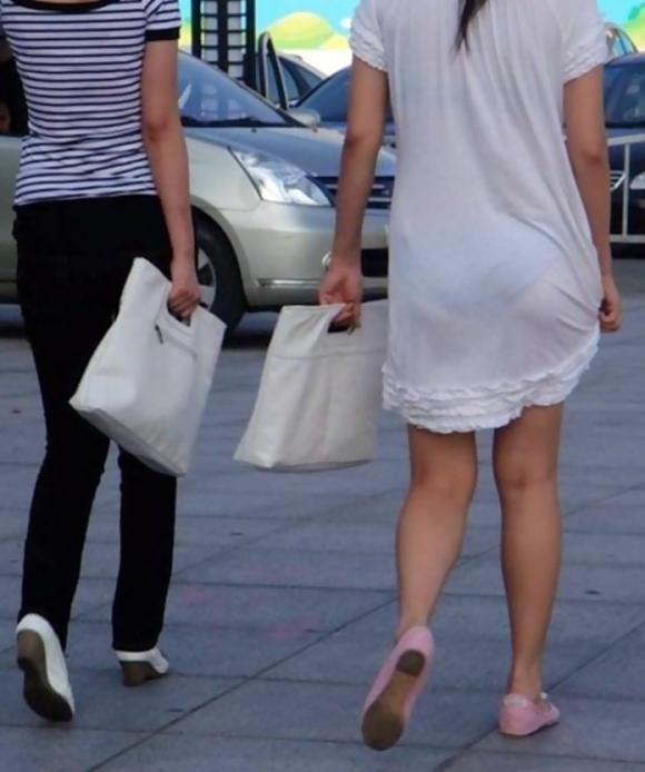 外なのにこんなパンツ透け透け公然猥褻な服装が許されるなんて・・・・・wwwwwww【画像30枚】27_201602252031434ee.jpg