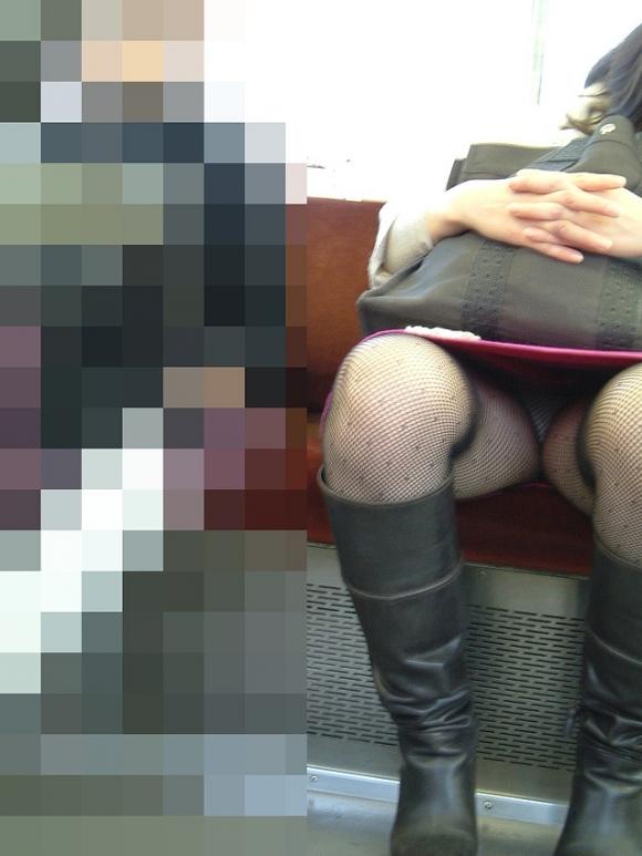 電車内でエロい太ももを曝け出してる女の子の盗撮に成功wwwwwww【画像30枚】27_201603062344421f6.jpg