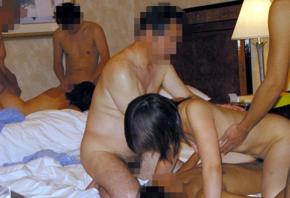 【乱交画像】1度は経験してみたい素人乱交セックスパーティーが野生本能に溢れてて見てると生命力が漲るわwwwwwww【画像30枚】27_2016032623475658e.jpg