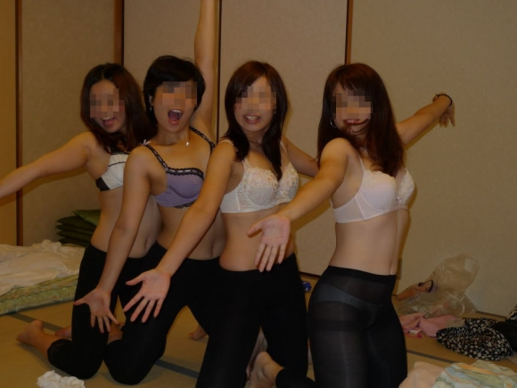 女友達で集まるとふざけて悪ノリエロ写真を撮っちゃう素人女子の悲しい習性wwwwwwwwwww【画像30枚】27_20160401153621b6b.jpg