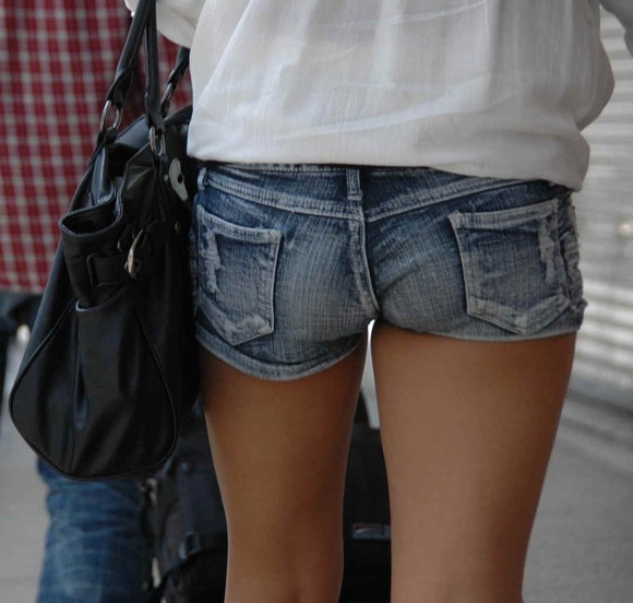 素人が街で曝け出してる生脚がエロすぎるwwwwwww【画像30枚】27_201604052351057e7.jpg